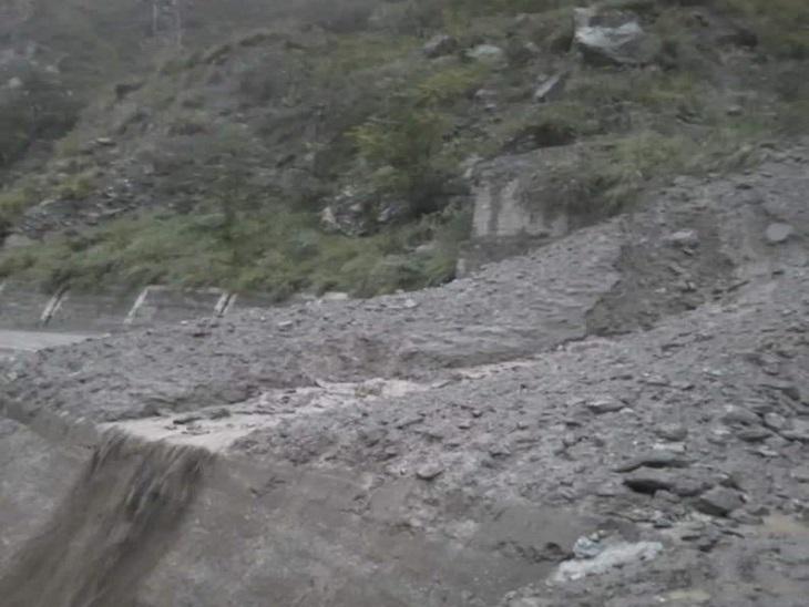 किन्नौर के टापरी के पास पागल नाला आने से बंद हुआ हाईवे। - Dainik Bhaskar