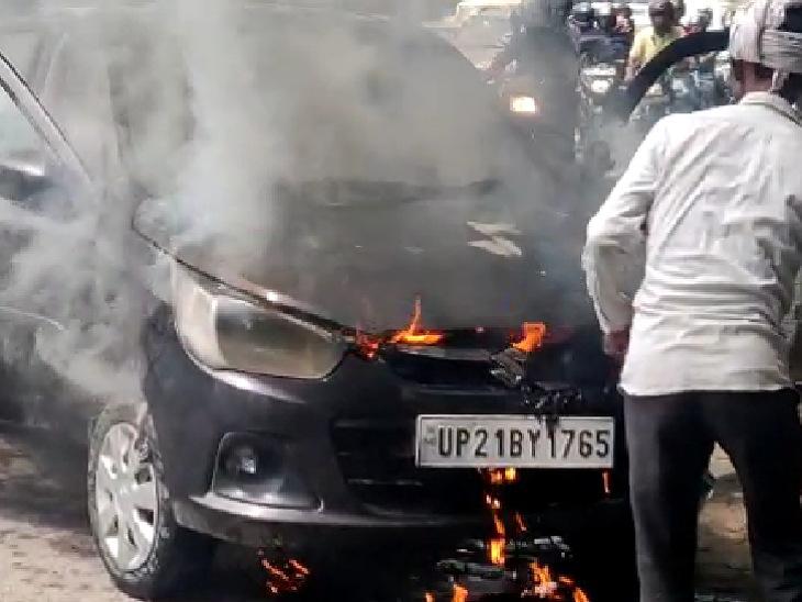पहले निकला धुआं फिर उठने लगीं लपटें, CMO आवास के सामने की घटना; ड्राइवर ने कूदकर बचाई जान मुरादाबाद,Moradabad - Dainik Bhaskar