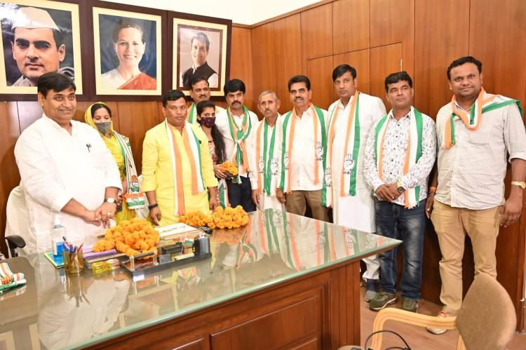 प्रतापगढ़ से बीजेपी की नगर परिषद सभापति समर्थकों सहित कांग्रेस में शामिल|जयपुर,Jaipur - Dainik Bhaskar