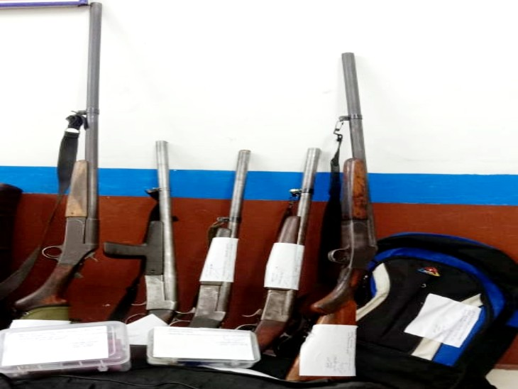 झांसी में तिलंगाना एक्सप्रेस में सीट के नीचे मिले दो लावारिस बैग ; 5 बंदूकें और 23 कारतूस मिले , जम्मू कश्मीर से जुड़े सबूत मिले|झांसी,Jhansi - Dainik Bhaskar