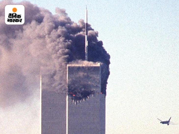 अल कायदा के आतंकियों ने 11 सितंबर 2001 को अमेरिका के सबसे बड़े शहर न्यूयॉर्क में वर्ल्ड ट्रेड सेंटर (WTC) के दोनों टॉवरों पर यात्री विमानों को मिसाइल बनाकर हमला किया। इन हमलों के लिए अमेरिका के तीन हवाईअड्डों से चार यात्री विमानों को हाईजैक किया गया था। WTC के नार्थ टॉवर से पहला विमान टकराने के 17 मिनट बाद साउथ टॉवर से टकराने जाता दूसरा विमान। यह फोटो अमेरिकी सीक्रेट सर्विस के एक कर्मचारी ने ली थी।