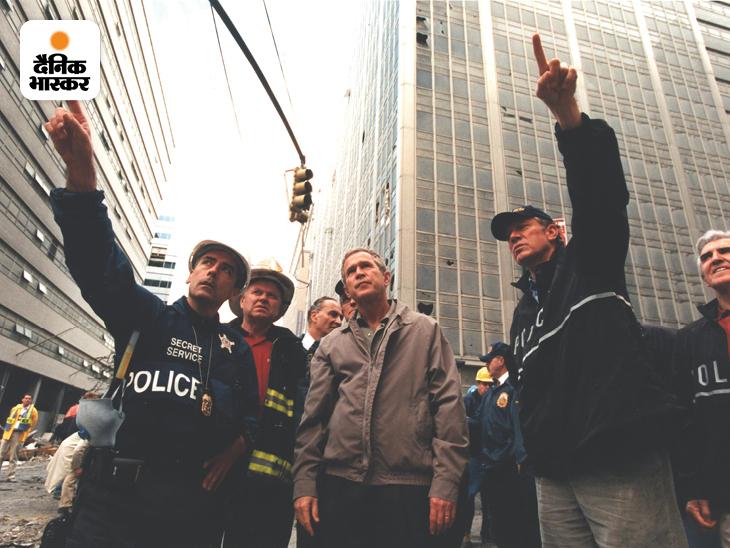 9/11 हमले के तीन दिन बाद 14 सितंबर 2001 को राष्ट्रपति जॉर्ज बुश के साथ सीक्रेट सर्विस के डिप्टी असिस्टेंट डायरेक्टर फ्रैंक लार्किन (बाएं) ग्राउंड जीरो पर पहुंचे। य़ह तस्वीर भी गुरुवार को सीक्रेट सर्विस ने अपने सोशल मीडिया अकाउंट पर जारी की है।
