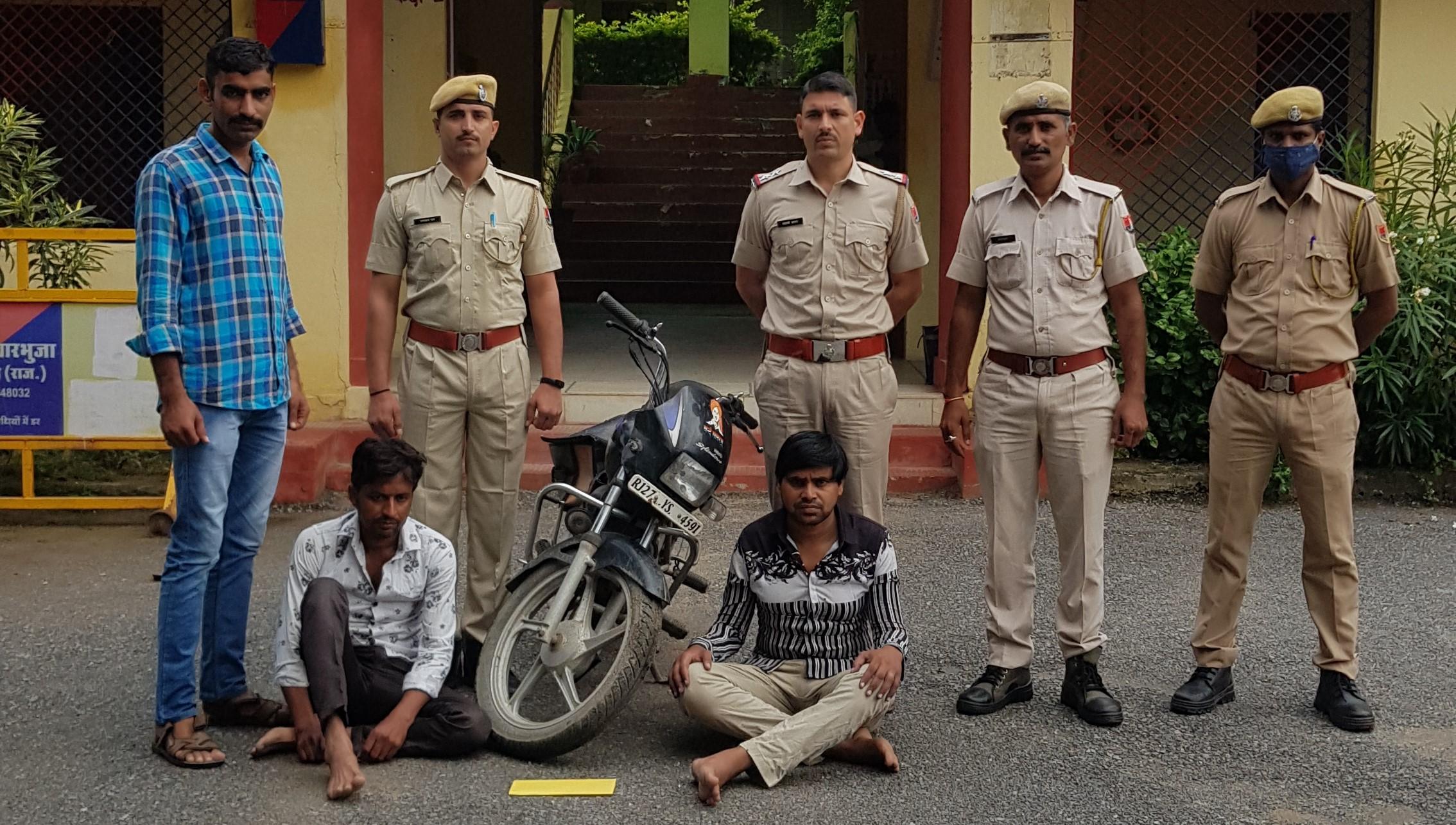 खरीदारी करने पहुंचे तो नोट देखकरदुकानदारों ने दी सूचना, पुलिस को देखकर बाइक लेकर भागे, घेराबंदी कर पकड़ा तो फाडे नोट, 500-500 के 18 नकली नोट जब्त|राजसमंद,Rajsamand - Dainik Bhaskar