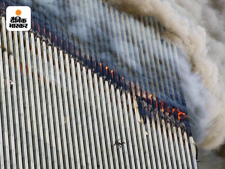आतंकी हमले के बाद वर्ल्ड ट्रे़ड सेंटर (WTC) के दोनों टॉवर्स के कई फ्लोर्स में आग लग गई। इस दौरान उत्तरी टॉवर से एक शख्स अपनी जान बचाने के लिए कूद गया। तस्वीर में एक और शख्स खिड़की से बाहर झांकता दिखाई दे रहा है। इस दौरान बिल्डिंग धधकती रही।