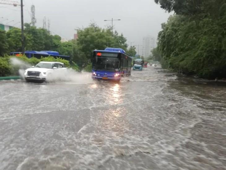 दिल्ली की सड़कों पर इतना पानी भर गया है कि बस के पहिए भी उसमें डूबने लगे हैं।