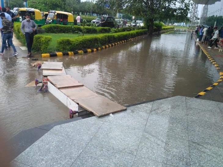एयरपोर्ट के गेट के सामने पानी भरने के बाद इस तरह पत्थर रखकर टेम्परेरी व्यवस्था की गई है।