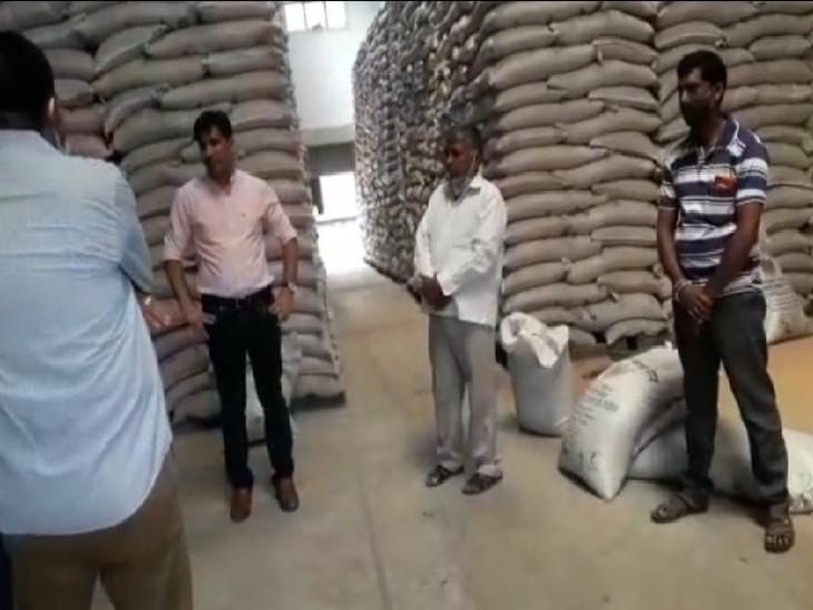थाणा एफसीआई गोदाम पर सर्च करने पहुंचे कलेक्टर, ट्रकों में लोड व अनलोड होने वाले गेहूं का स्टॉक चेक किया|डूंगरपुर,Dungarpur - Dainik Bhaskar