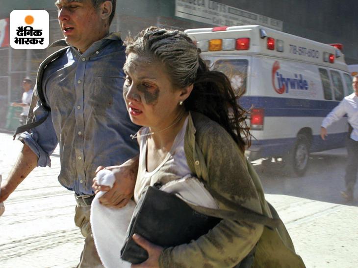 WTC के दोनों टॉवर ढहने के बाद जान बचाकर भागते लोग। इस दौरान भी तमाम लोग दूसरों का साथ देते नजर आए। टेलीविजन पर लाइव टेलीकास्ट हुए इस हमले ने पूरी दुनिया को हिलाकर रख दिया।
