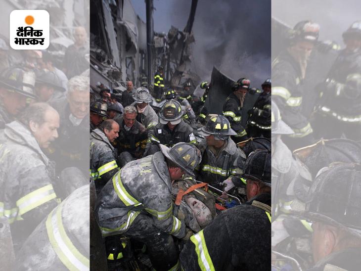 आतंकी हमले से WTC के दोनों टॉवर ढहने के तुरंत बाद बचाया गया एक फाइटर। टॉवरों के ढहने से पहले सैकड़ों फायर फाइटर इनमें घुसकर लोगों को बाहर निकालने में जुटे थे। तभी दोनों बिल्डिंग गिर गईं और इनमें दबकर तकरीबन 400 फायरफाइटर्स और पुलिसवालों की मौत हो गई।