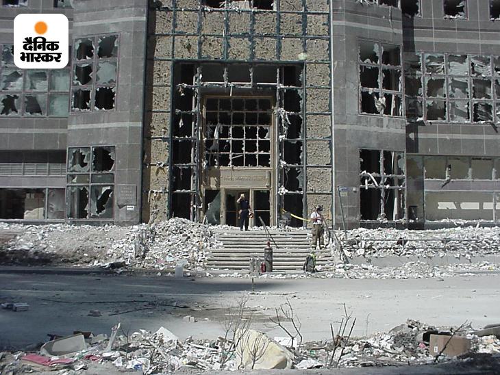 11 सितंबर 2001 की सुबह हुए हमलों के 49 मिनट बाद WTC के दोनों टॉवर ढह गए। इससे आसपास की कई छोटी इमारतें भी तबाह हो गईं। ऐसी ही एक ईमारत के सामने खड़े फायर फाइटर। यह तस्वीर भी अमेरिकी सीक्रेट सर्विस के एक कर्मचारी ने ली थी। सीक्रेट सर्विस ने पिछले दो दिनों में ऐसी कई अनदेखी तस्वीर अपने सोशल मीडिया अकाउंट पर जारी की हैं।