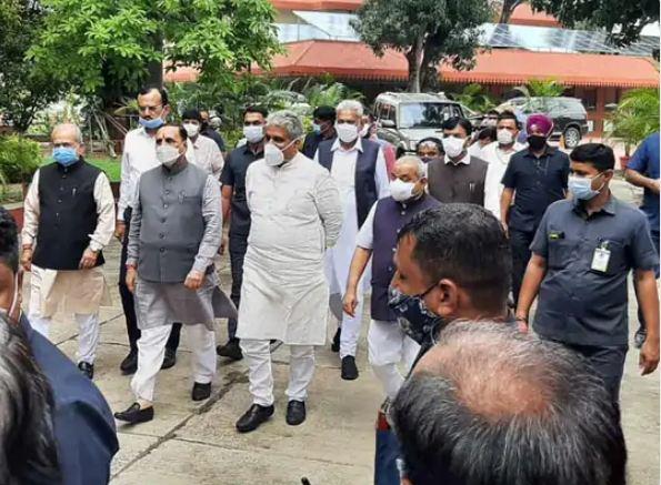 राजभवन में राज्यपाल से मुलाकात करने जाते हुए विजय रुपाणी और अन्य केंद्रीय मंत्री।