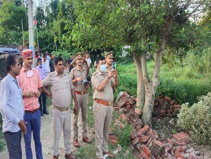 वाराणसी में चौकी की 35 बिस्वा जमीन पर काबिज थे प्रॉपर्टी डीलर, 3 थानेदारों के साथ पहुंची राजस्व टीम; ढहाई गई दीवार|वाराणसी,Varanasi - Dainik Bhaskar