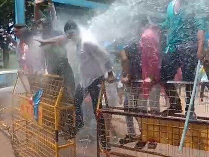 एनएसयूआई और पुलिस के बीच झड़प, बेरिकेड्स फांद रहे कार्यकर्ताओं पर की पानी की बौछार, कुछ को हिरासत में लिया सतना,Satna - Dainik Bhaskar