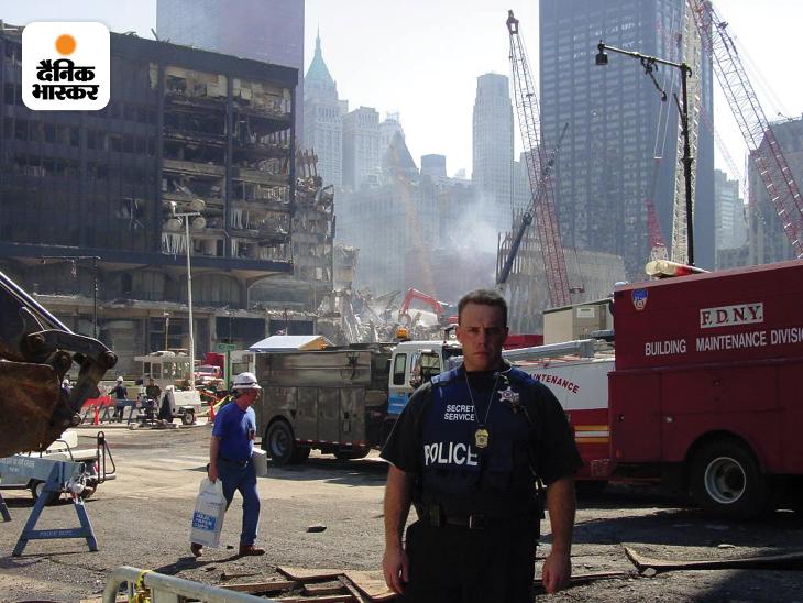 भीषण आतंकी हमले ने WTC के दोनों टॉवर ही नहीं बल्कि आसपास की कई इमारतों को तबाह कर दिया। आग इतनी भीषण थी कि टि्वन टॉवर के मलबे में 3 महीनों तक आग धधकती रही। इसके बावजूद न्यूयॉर्क पुलिस डिपार्टमेंट के जवान कई दिनों तक बिना सोए मलबे से लोगों को बचाने की कोशिश में जुटे रहे। हालांकि आग के चलते ज्यादातर लोगों की मौत हो चुकी थी। यह तस्वीर भी अमेरिकी सीक्रेट सर्विस ने जारी की है।