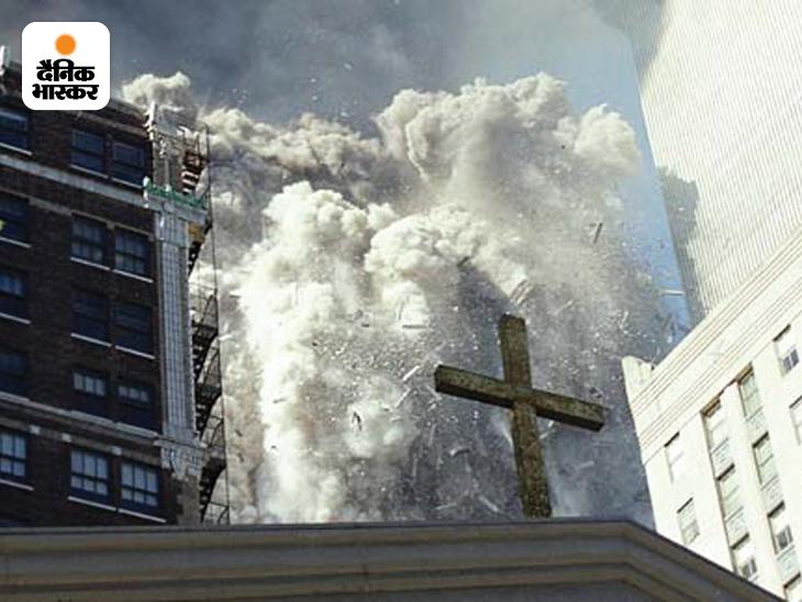 अमेरिकन सीक्रेट सर्विस में काम करने वाले एक शख्स ने 11 सितंबर 2001 को आतंकी हमले के बाद ढहते वर्ल्ड ट्रेड टॉवर (WTC) की यह तस्वीर अपने डिपार्टमेंट को दी। दुनिया ने पहली बार ढहते WTC की ऐसी तस्वीर देखी।
