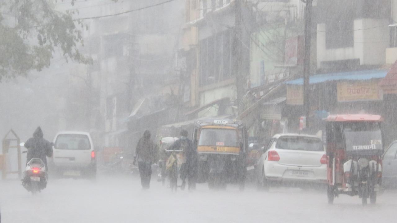 रायपुर में आज कुछ इस तरह की बरसात हो रही थी।
