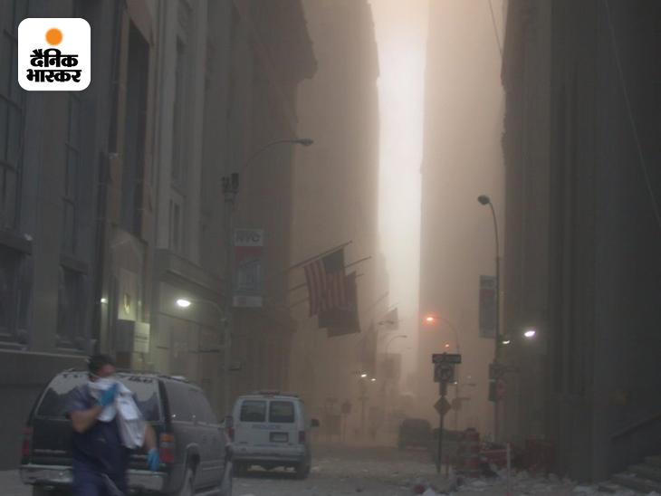 9/11 हमले के 1 घंटे 42 मिनट बाद WTC के दोनों टॉवर ढह चुके थे। तभी सीक्रेट सर्विस के एक कर्मचारी ने अपने कैमरे से ग्राउंड जीरो की तस्वीर ली थी। साफ नजर आ रहा है कि WTC के दोनों टॉवर ढहने के बाद आसपास का क्या हाल था। चारों तरफ कंक्रीट ढहने से उठी धूल और जले ईंधन की गंध फैली थी।