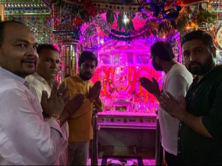 रोक के आदेश के बाद भी त्रिनेत्र गणेश मंदिर में किए दर्शन, खास लोगों कोभी साथ लेकर पहुंचे, आरती के फोटो-वीडियो बनाकर किए शेयर सवाई माधोपुर,Sawai Madhopur - Dainik Bhaskar