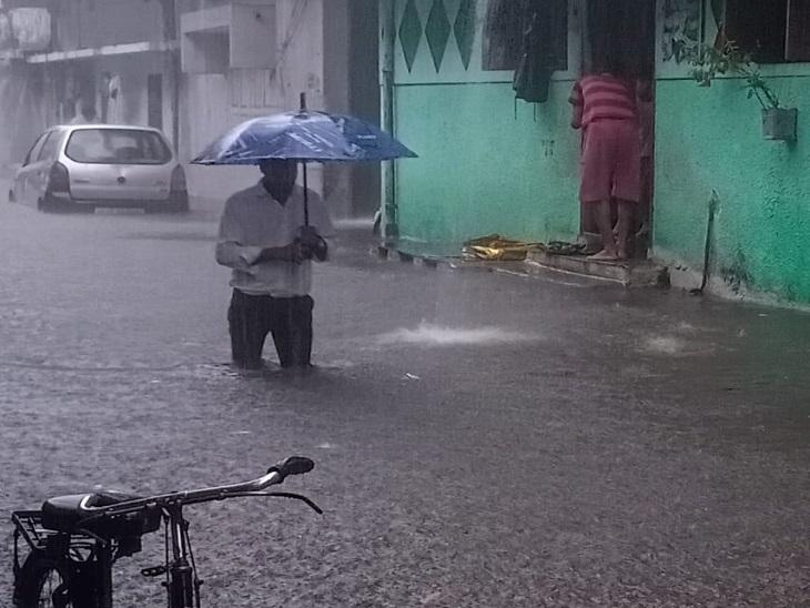 सड़कों पर से ऊपर तक पानी भर गया। इसमें नाले की गंदगी भी मिली हुई थी।