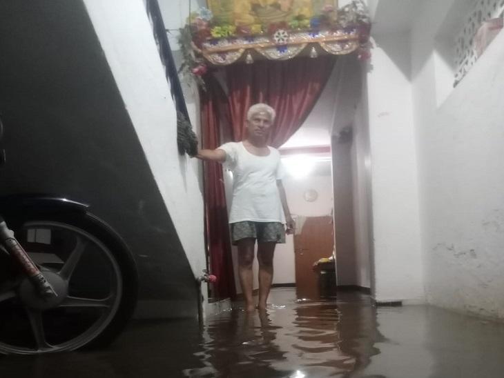 घर में घुस आया बरसाती पानी दिखाते एक रहवासी। क्षेत्र के अधिकांश घरों में पानी भरा है।