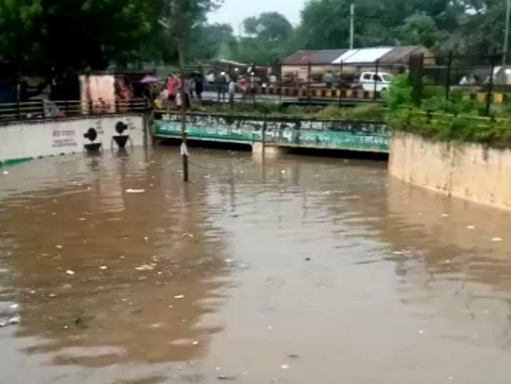 गुढियारी के अंडरब्रिज में बाढ़ का पानी भर गया है। इसने दुर्घटना की आशंका भी पैदा कर दी है।
