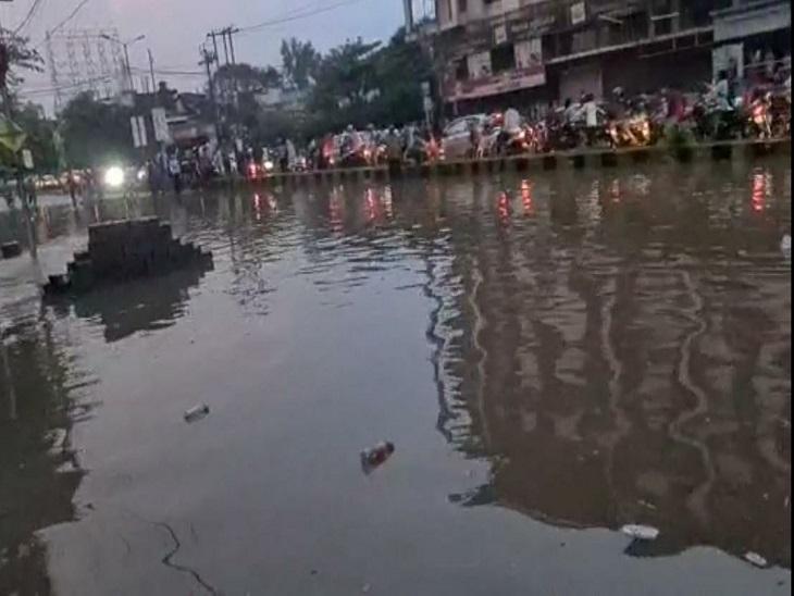 यह रायपुर में फाफाडीह के पास स्टेशन रोड है। सड़क का एक हिस्सा जलजमाव की वजह से यातायात के लिए बंद कर दिया गया था।