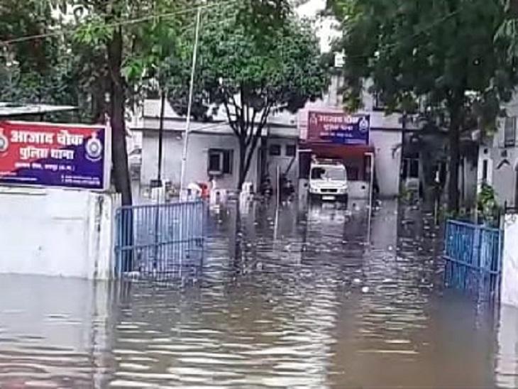 आजाद चौक थाने में बाढ़ का पानी भर गया। यह परिसर में ही नहीं कमरों तक में पहुंच गया था।