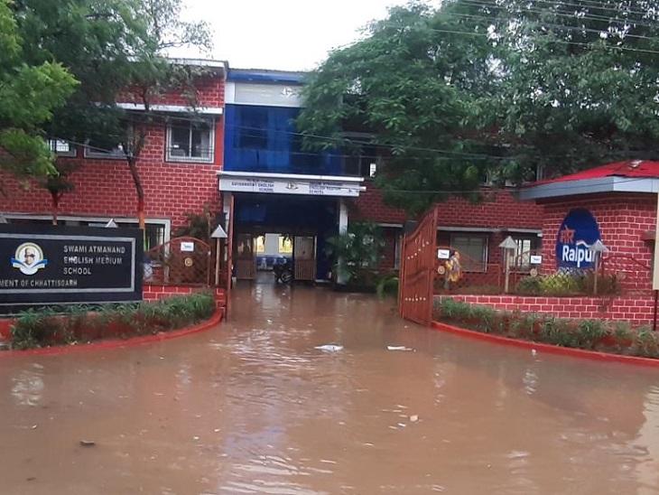 सरकार के मॉडल स्कूल, आरडी तिवारी स्वामी आत्मानंद अंग्रेजी माध्यम स्कूल की कक्षाओं तक बाढ़ का पानी भरा है। - Dainik Bhaskar