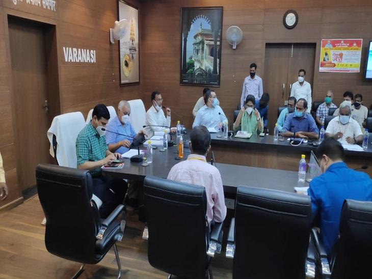 वाराणसी में केंद्र सरकार की परियोजनाओं की सचिव ने समीक्षा की, जल निगम के मुख्य अभियंता को फटकारा; कार्रवाई की चेतावनी|वाराणसी,Varanasi - Dainik Bhaskar