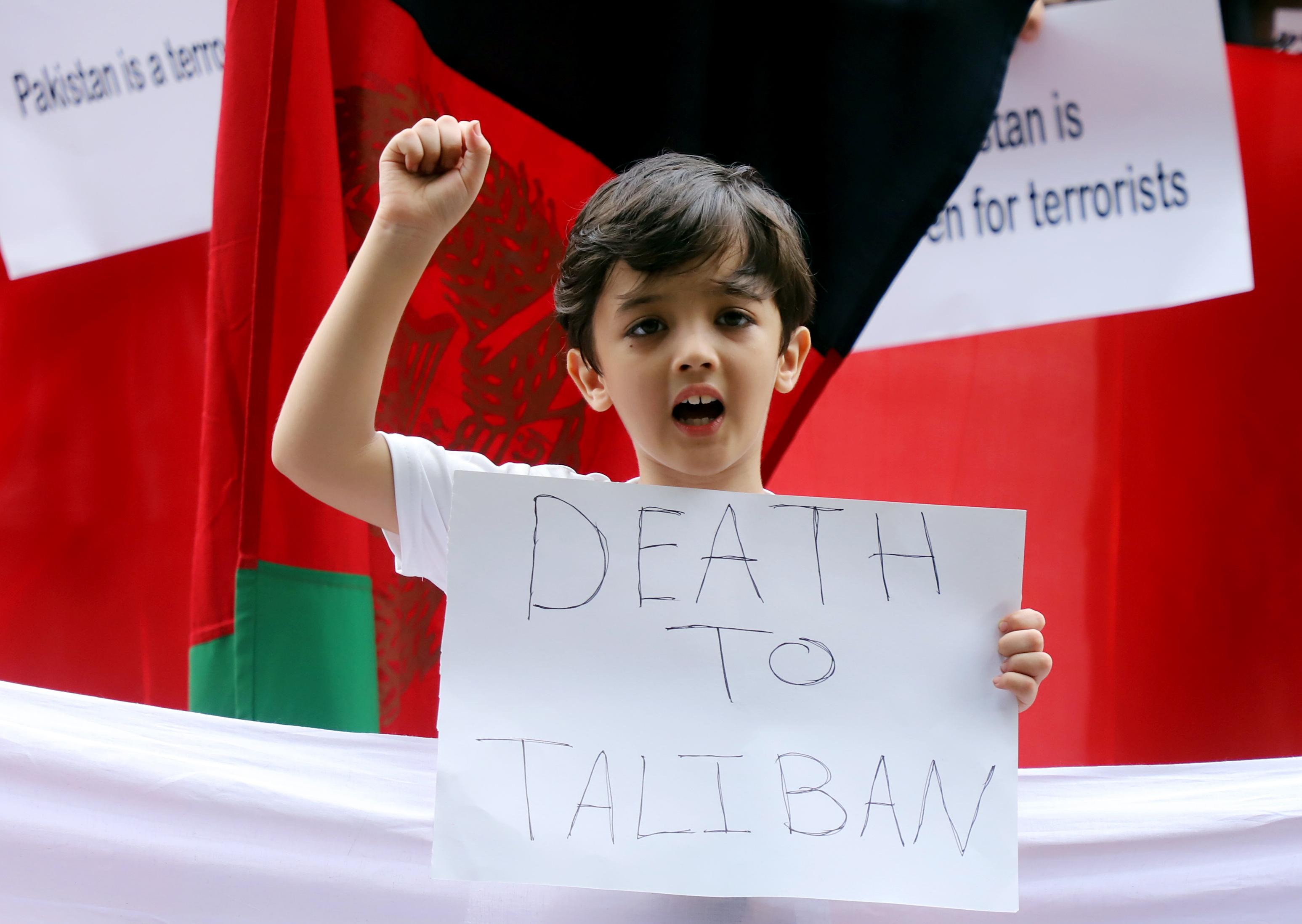 दिल्ली में हुए प्रदर्शन में एक अफगानी बच्चा तालिबान मुर्दाबाद के नारे लगाते हुए दिखा।