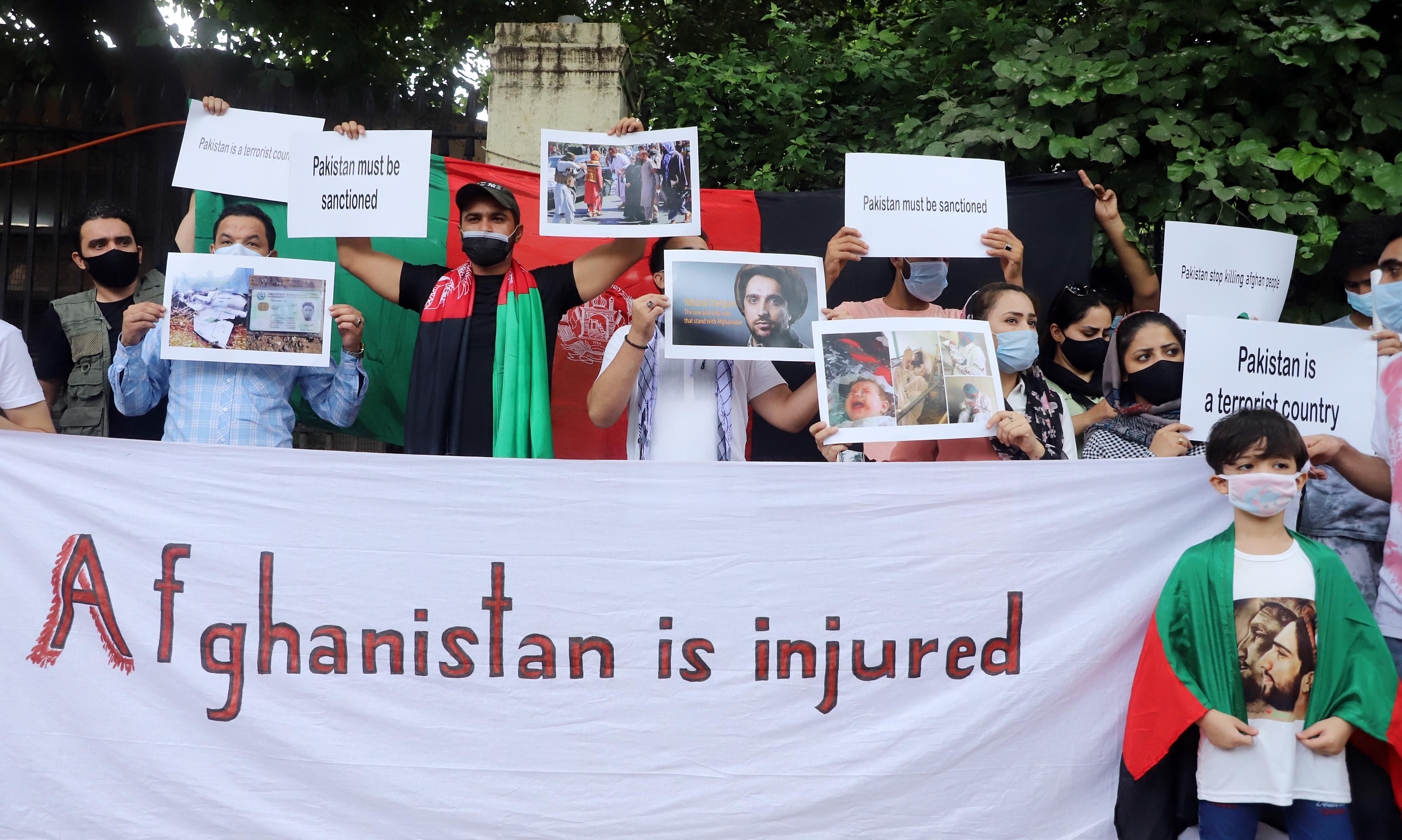 प्रदर्शनकारी पंजशीर में तालिबानी से जंग लड़ने वाली रेजिस्टेंस फोर्स का समर्थन करते हुए भी दिखे। वे रेजिस्टेंस फोर्स के नेता अहमद मसूद की फोटो लिए हुए थे। एक बच्चा मसूद की फोटो वाली टी-शर्ट पहने और अफगानी झंडा ओढ़े हुए नजर आया।
