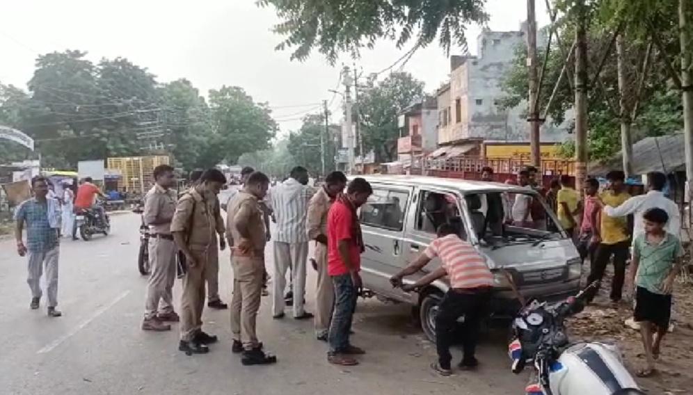 अनियंत्रित वैन ने बाइक को मारी टक्कर, पिता पुत्री समेत तीन घायल, पुलिस ने इलाज के लिए भेजा आगरा,Agra - Dainik Bhaskar