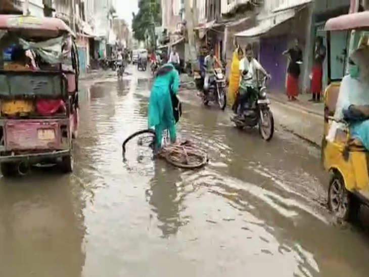 बेगूसराय के निगम इलाकों में सड़क पर भरा पानी लोगों के लिए जानलेवा साबित हो रहा, स्थानियों का आरोप- नगर निकाय से लेकर आला अधिकारियों तक सभी हैंजिम्मेदार बेगूसराय,Begusarai - Dainik Bhaskar