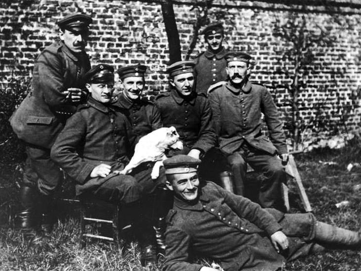 हिटलर (सबसे दाएं) जर्मनी की आर्मी का भी हिस्सा रहा था।