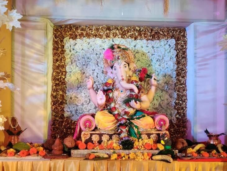 छिंदवाड़ा में गर्भगृह में लालबाग के बादशाह बिराजते हैं। स्टार नवयुवक मंडल की चलित झांकी विशेषता रही है। पिछले 2 वर्षों से कोविड-19 के कारण गर्भ गृह में स्थापना की जा रही है।