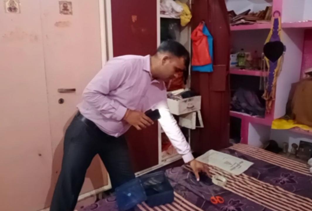 रात में शिक्षक के घर में घुसे चोर,आलामारी का ताला तोड़कर ज्वेलरी और कैश चुराया, एसी चला सोता रह गया परिवार|आगरा,Agra - Dainik Bhaskar