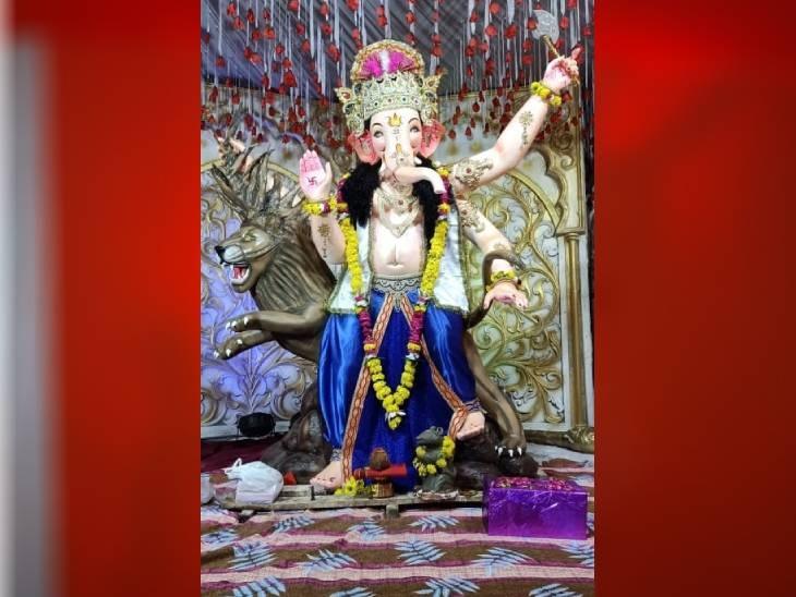 दतिया के दांतरे की नरिया शिव मंदिर बाग कमेठी की ओर से भगवान गणेश जी की स्थापना की गई है। 4 साल से झांकी लगा रहे हैं।
