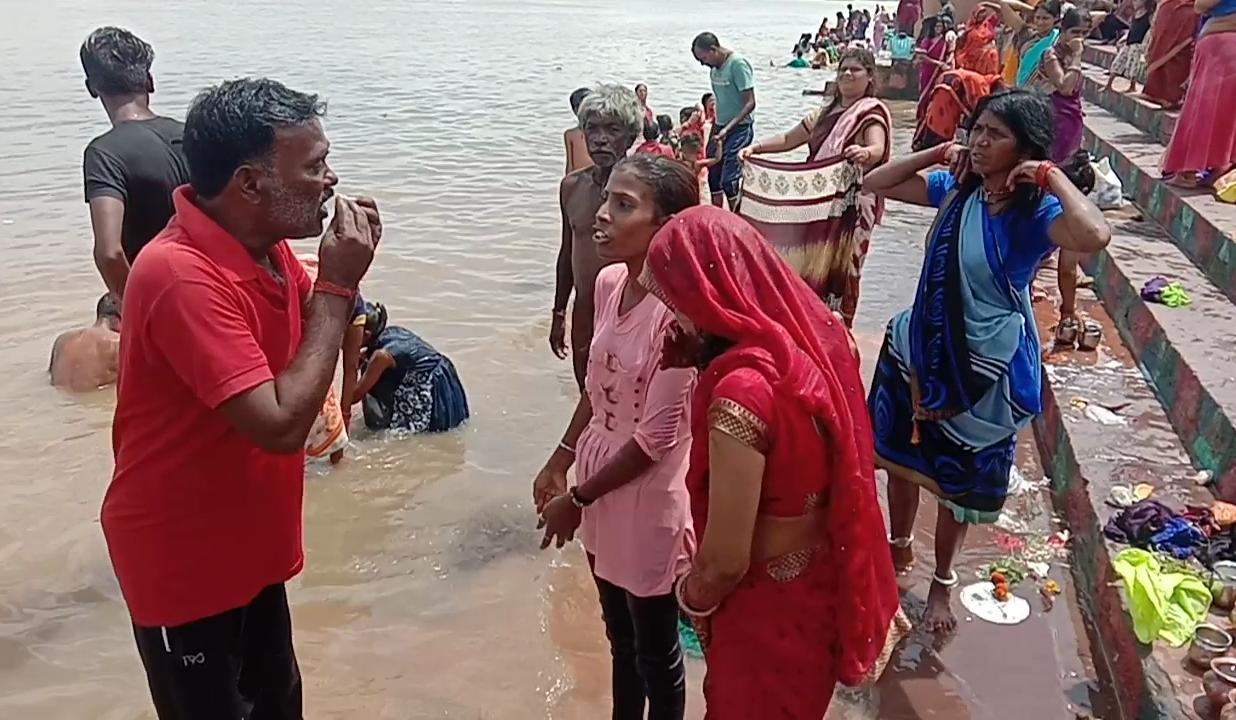 सेठानी घाट पर डूब रही एक युवती, महिला को होमगार्ड जवानों ने बचाया, कोरी घाट पर पानी में मिला एक व्यक्ति का शव, जवानों को मिलेगा 500-500 रुपए का इनाम|होशंगाबाद,Hoshangabad - Dainik Bhaskar