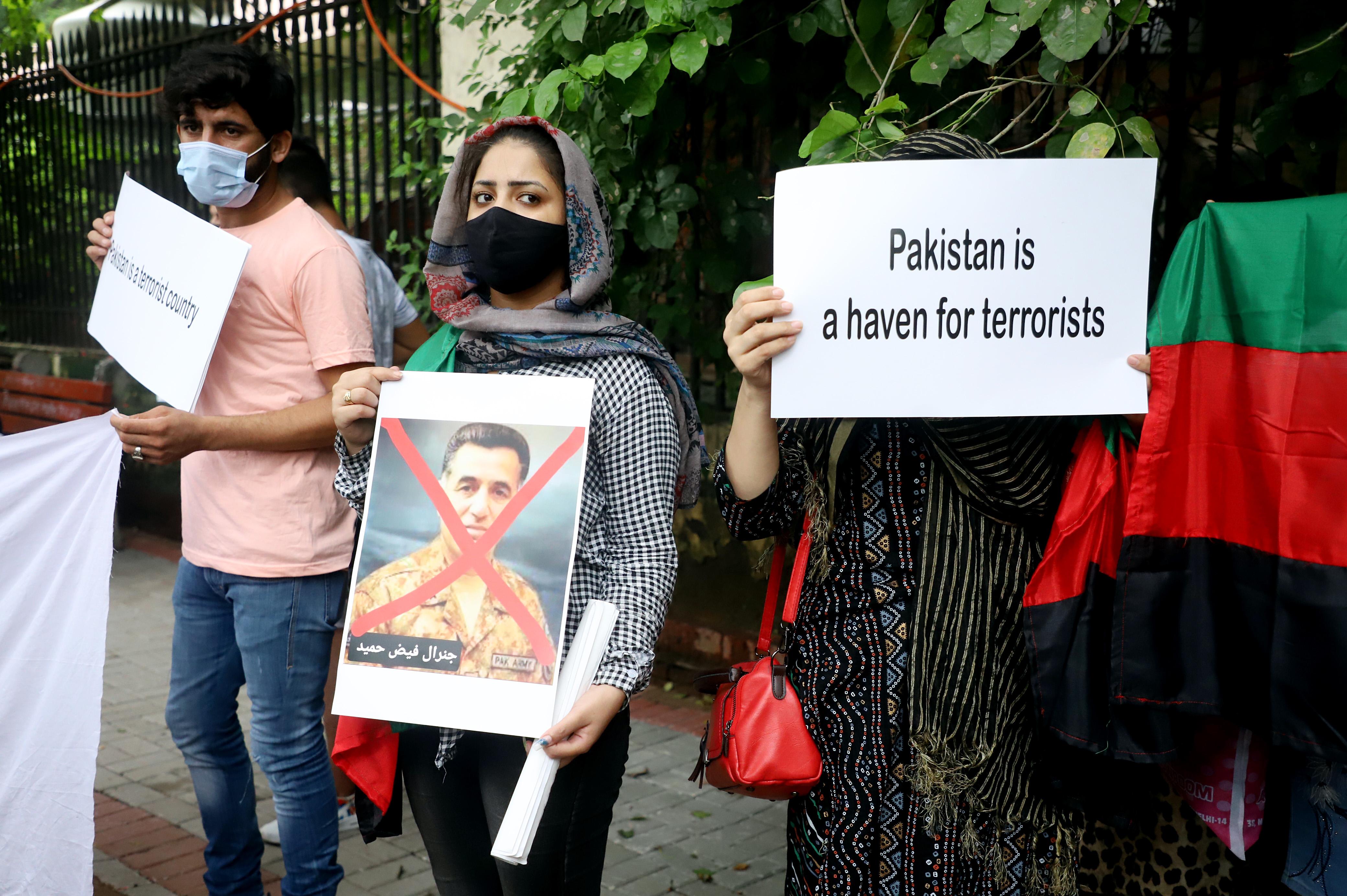 पाकिस्तान विरोधी तख्तियां लिए हुए प्रदर्शन करते हुए अफगानी युवा।