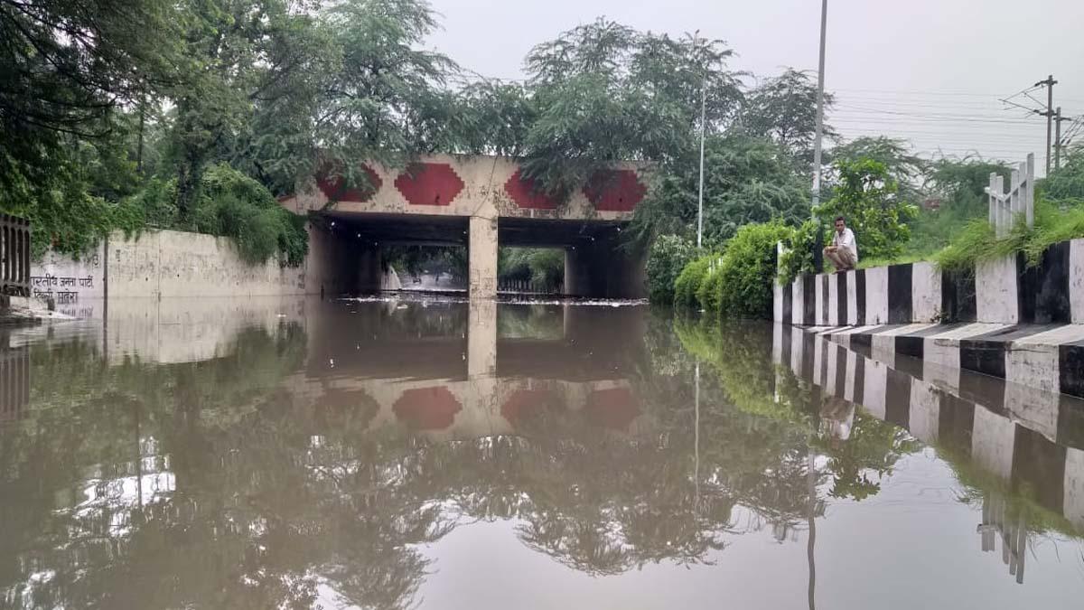 दक्षिणी दिल्ली के अंडरपास में पानी भरने से रास्ता बंद हो गया है।
