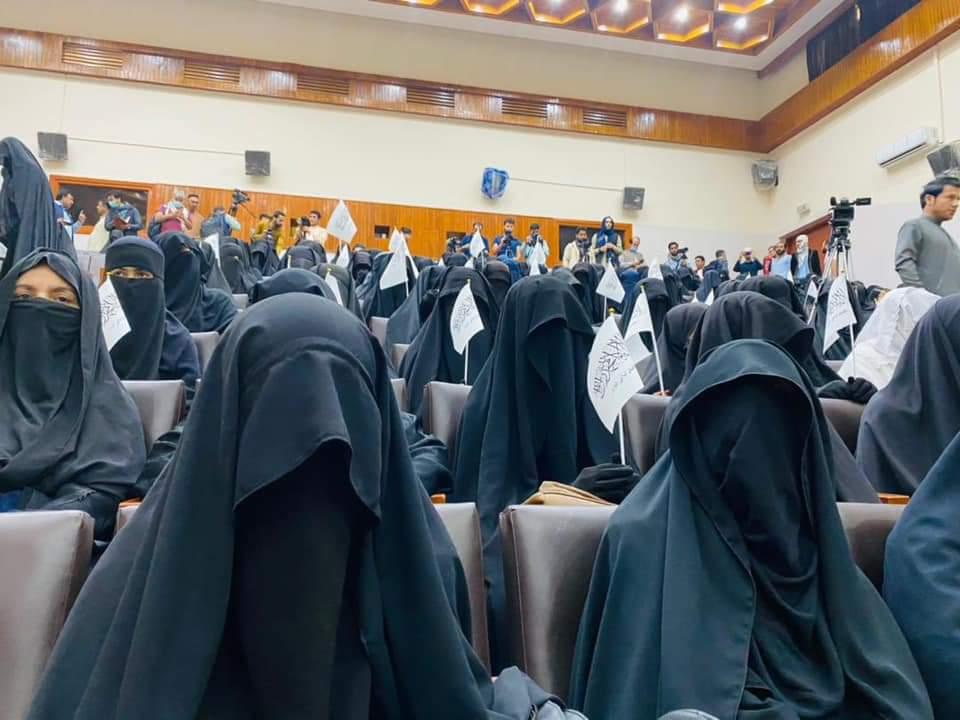 कई युवतियों के चेहरे पूरी तरह से ढके हुए थे।