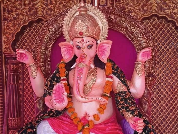 रायसेन शहर के वार्ड नंबर 12 शिवम नगर में गणेश जी की बड़ी संख्या में दर्शन करने आ रहे हैं। भगवान गणेश की झांकी समिति की ओर से पिछले 6 सालों से लगाई जा रही झांकी।