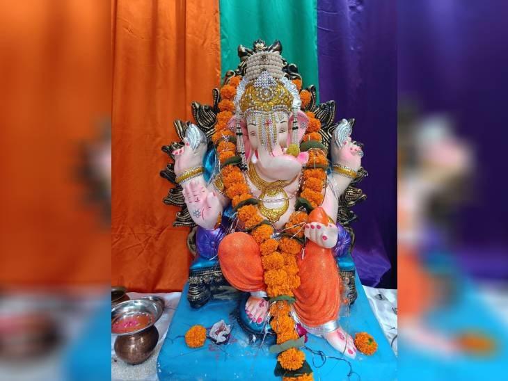 राजगढ़ के खिलचीपुर दर्जी गली में विराजमान हैं बाप्पा। दर्जी गली में पिछले 40 सालों से गणपति बैठाए जा रहे हैं। इस साल गणेश प्रतिमा अजंता उत्सव समिति की ओर से विराजमान किया गया है।