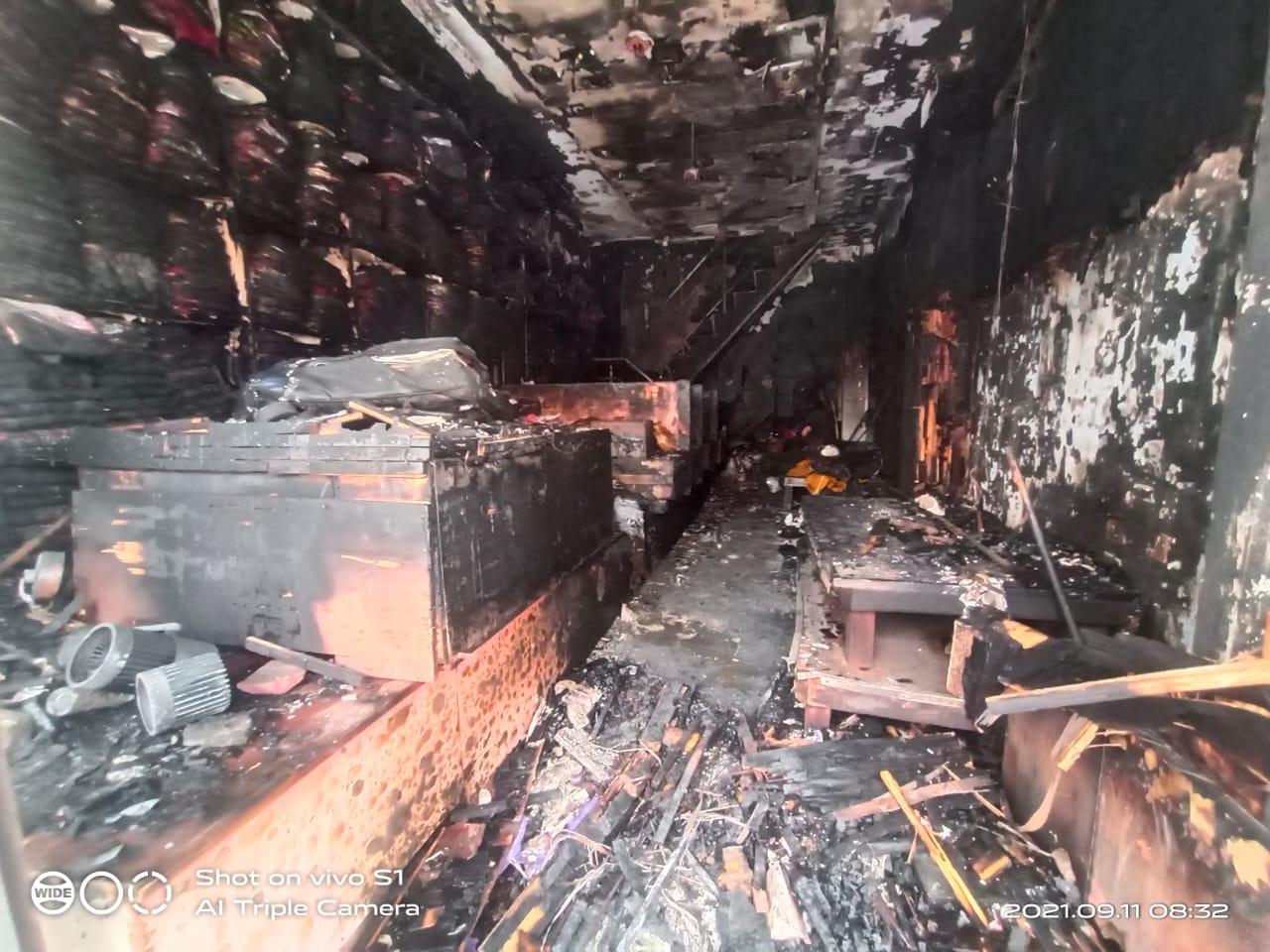देर रात शार्ट सर्किट से लगी आग, 25 लाख के लेडीज कपड़े जलकर खाक, व्यापारियों ने की मुआवजे की मांग|आगरा,Agra - Dainik Bhaskar