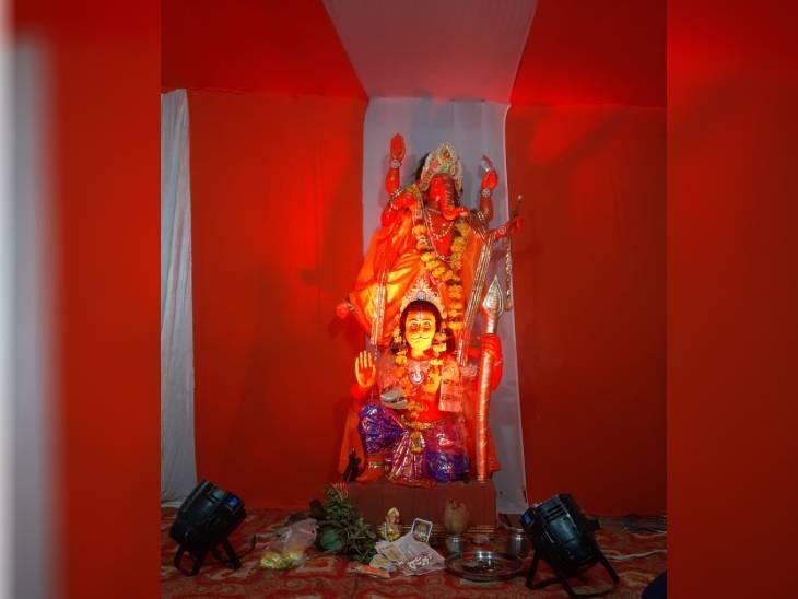 इंदौर में विजय श्री ग्रुप समिति द्वारा बीते 40 सालों से हनुमान चौक जंगमपुरा में गणेश जी की प्रतिमा स्थापित करते आ रहे हैं। आयोजक रोहित हातुनिया ने बताया कि पास में ही हनुमान जी का मंदिर होने से हर साल हनुमान जी के स्वरूप में गणेश जी की प्रतिमा स्थापित की जाती है। इस साल भगवान हनुमान के ऊपर गणेश जी विराजित है। प्रतिमा की ऊंचाई कुल 7 फीट है यह प्रतिमा मिट्टी की है।