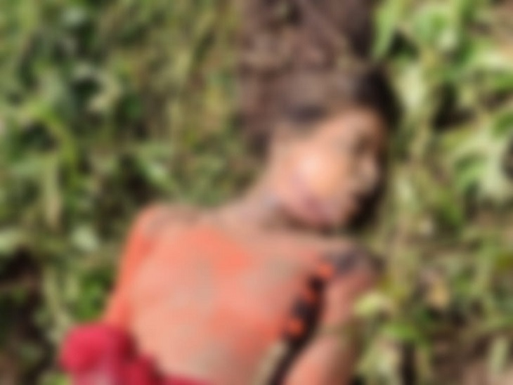 युवती की पहचान छिपाने के लिए उसके शव को दूसरे गांव में ले जाकर फेंक दिया। पुलिस ने आरोपियों की निशानदेही पर शव बरामद कर लिया है। - Dainik Bhaskar