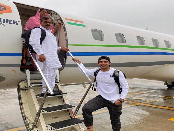 ओलिंपियन नीरज चोपड़ा ने जहाज में बैठे अभिभावकों की फोटो सोशल मीडिया पर शेयर की, लिखा- आज जिंदगी का एक सपना पूरा हुआ पानीपत,Panipat - Dainik Bhaskar