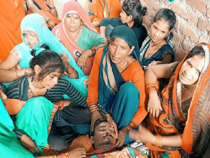 खेत पर जाते समय पैर में काटा, घर आकर परिजनों को दी जानकारी; इलाज के लिए ले जाने से पहले गई जान ललितपुर,Lalitpur - Dainik Bhaskar