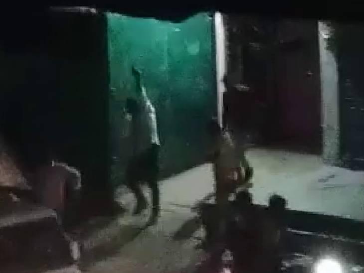 टशन में तमंचा लेकर पड़ोसी के घर घुस गए दबंग, कोई तोड़फोड़ तो कोई कर रहा फायरिंग, वीडियो आया सामने|कानपुर देहात,Kanpur Dehat - Dainik Bhaskar