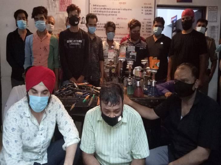 पॉश इलाके में चल रहा था नशे का कारोबार, उड़ा रहे थे धुएं के छल्ले; पुलिस ने 16 लड़कों व 6 लड़कियों समेत संचालक को पकड़ा गाजियाबाद,Ghaziabad - Dainik Bhaskar